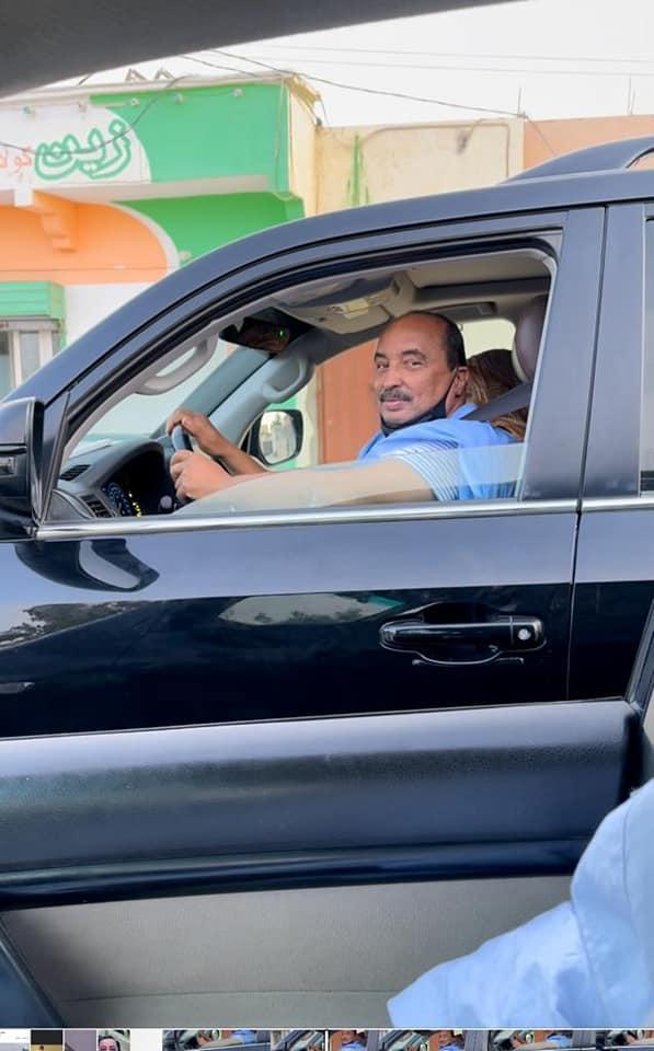 صورة للرئيس السابق وهو يتجول في الشوارع ويلوح للمارة